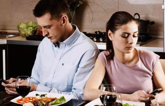 ¿El celular se transformó en el enemigo de la pareja?