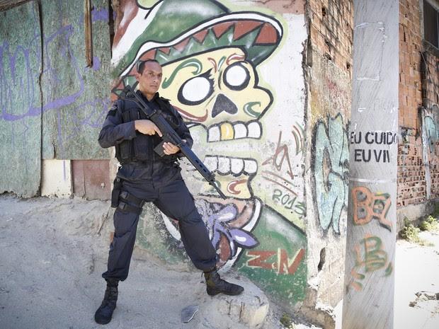 Agentes da Polícia Militar do Rio de Janeiro passam por treinamento com o Bope para aperfeiçoar o trabalho no Conjunto de Favelas do Alemão (Foto: Guito Moreto/Agência O Globo)