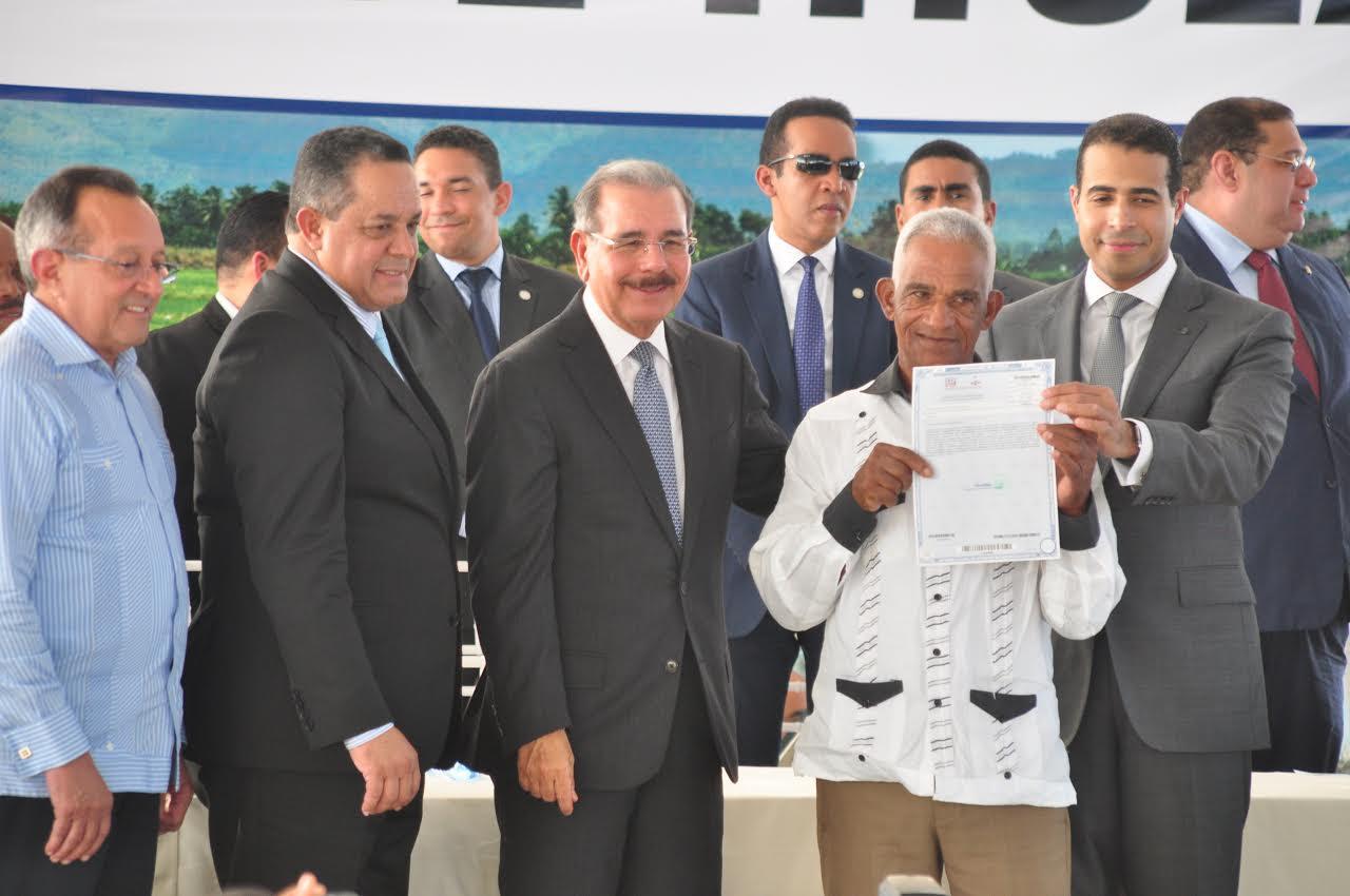 SC: Gobierno entrega títulos definitivos a familias campesinas