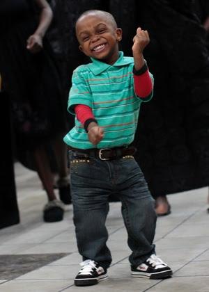 Kofi Sylvester Dwemoh, de 4 anos, dança durante uma festa comemorativa pela morte de Hanah Yaa Appiah, no bairro do Bronx, em Nova York