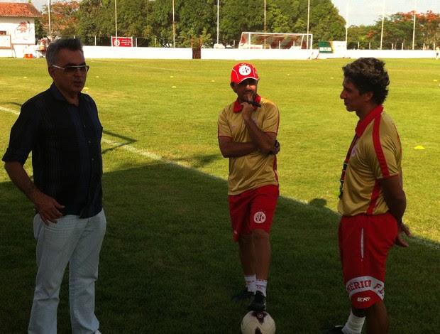 Sérgio Papellin, Luizinho Lopes e Alexandre Irineu, técnico do América-RN (Foto: Tiago Menezes)