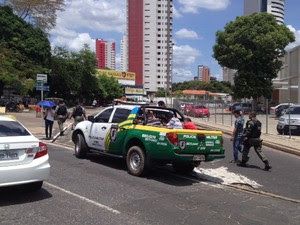 Presos foram levados para a Central de Flagrantes (Foto: Gil Oliveira/ G1)