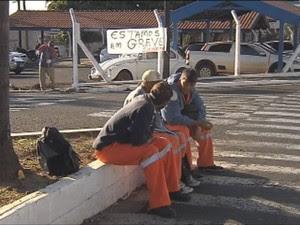 Lixeiros de Marília também estão em greve (Foto: Reprodução/ TV TEM)