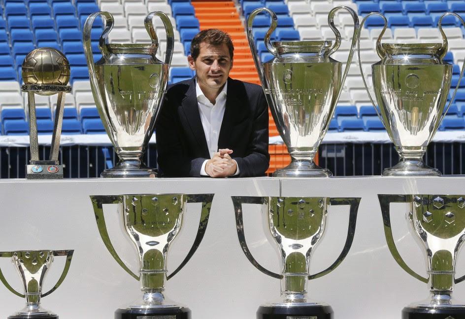 Casillas posa junto a los 19 trofeos conquistados con el Real Madrid