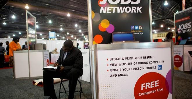Una persona desempleada se inscribe en una Feria del Trabajo en Philadelphia, EEUU. / REUTERS