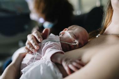 <p>En los niños prematuros la lactancia natural reduce el riesgo de infecciones./ Elena de la Varga, Servicio de Neonatología H. La Paz</p>