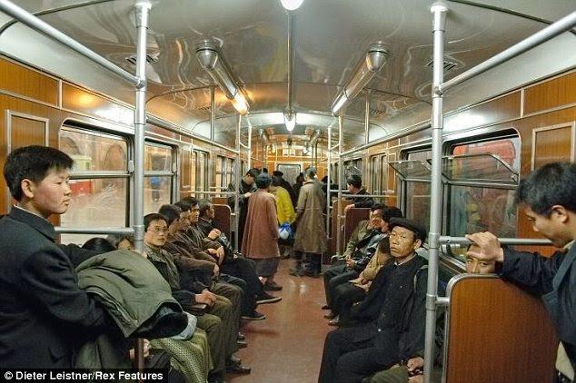 Πικρόχολος: Η στάση του μετρό στην Πιονγιάνγκ, όπου μετακινουμένων φαίνονται σκυθρωπός και το τρένο δείχνει την ηλικία της