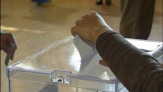 Una persona diposita el seu vot en una urna