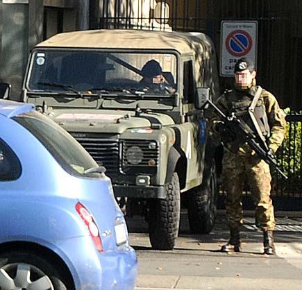 Militari che presidiano Libero