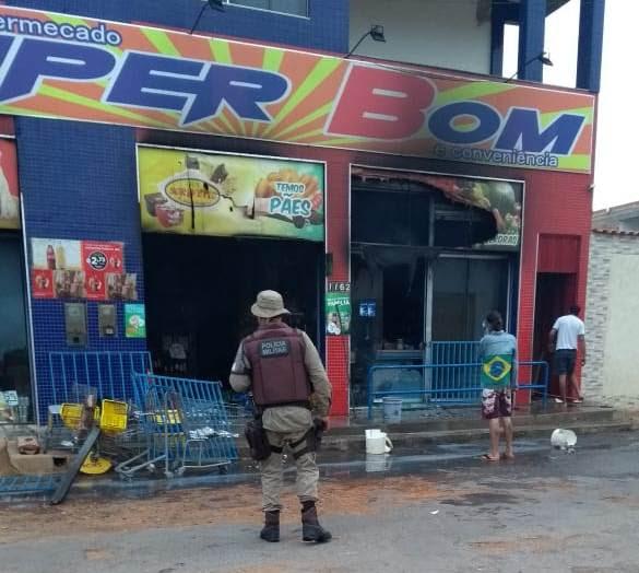Incêndio atinge supermercado na Av. Raimundo Bonfim e deixa rastros de destruição