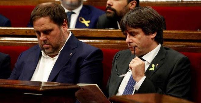 El presidente de la Generalitat, Carles Puigdemont, y su vicepresidente, Oriol Junqueras,izz., en el pleno monográfico del Parlament en respuesta a la aplicación del artículo 155 de la Constitución. | EFE