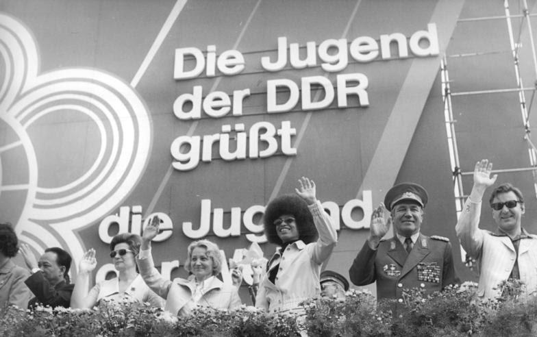 File:Bundesarchiv Bild 183-M0804-0717, Berlin, 10. Weltfestspiel, Demonstration, Ehrentribüne.jpg
