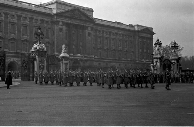 Buckingham Palace gates Guards 01