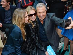 Sentadas com Mario Testino esbanjando no selfie...