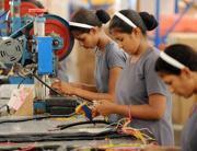 Operaie al lavoro in una fabrica di Samakhiali , in India