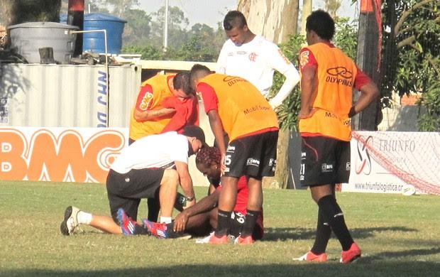 Vagner Love dá susto no treino do Flamengo (Foto: Rafael Cavalieri / Globoesporte.com)