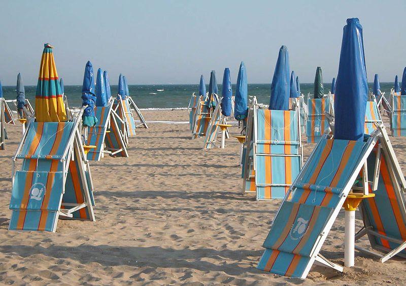 9. Побывать на песчаных пляжах Лидо<br>Лидо – это целая цепочка островов, которые даже в Венеции считаются курортными. Особенно знамениты песчаные пляжи главного острова это цепочки, который тоже называется Лидо. Именно на этом острове каждый год в сентябре проходит старейший в мире фестиваль киноискусства – Венецианский кинофестиваль.