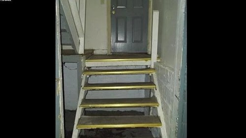 escalera al sotano de la casa poseida