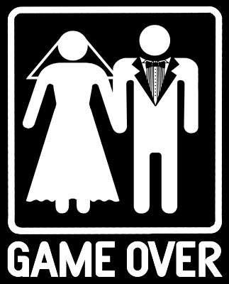 Ο γάμος, αυτό που λέμε συμβίωση, διαστρεβλώνεται απολύτως, μετατρεπόμενος σε αδηφάγα μάχη εξουσίας που φυσικά κινείται υπόγεια, όπως ορίζει ο πολιτισμός, και διατηρεί όλους τους τύπους της καθωσπρέπει επιφάνειας ενός ζευγαριού που συνυπάρχει από ένα πείσμα πρωτόγονο που μόνο η επιβολή μπορεί να ερμηνεύσει.