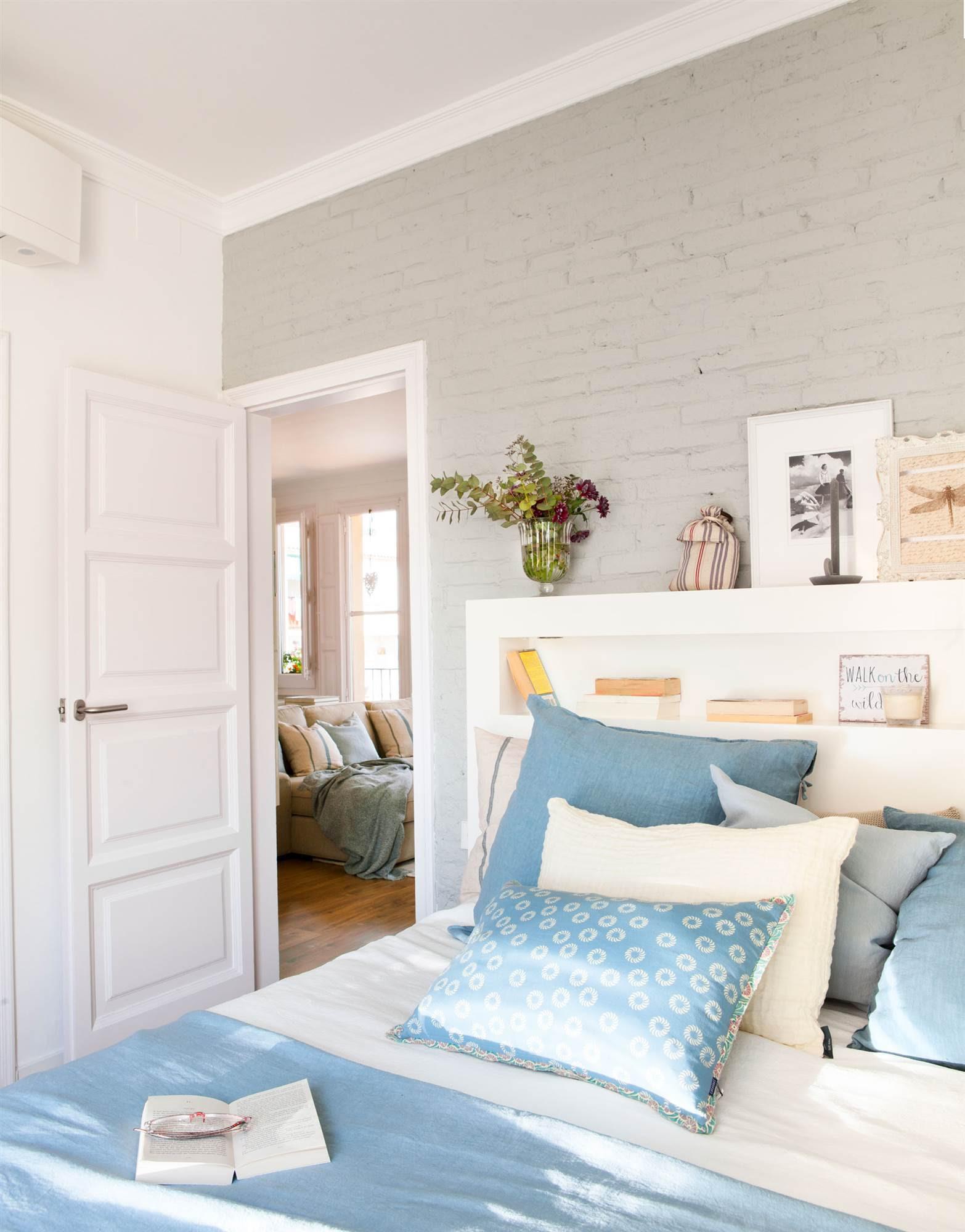 00429037. Dormitorio con pared de ladrillo pintada de gris 00429037