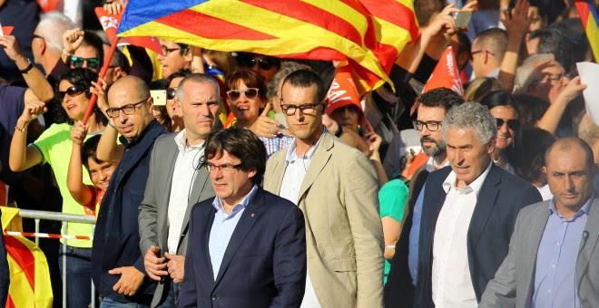Carles Puigdemont acude a la manifestación en Barcelona contra la aplicación del artículo 155 de la constitución y por la libertad de los 'Jordis'.REUTERS/Ivan Alvarado