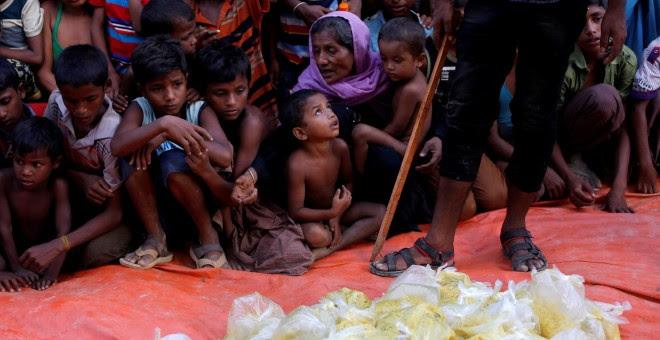 Refugiados rohinyá esperan el reparto de comida en Cox's Bazar, Bangladesh. - REUTERS
