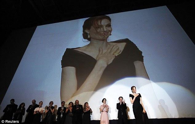 Salva de palmas: A atriz, que dirige o filme foi visto recebendo emocional na gala