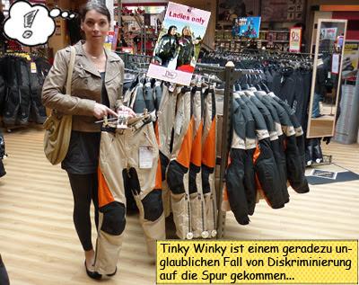 Svenja probiert Motorradsachen bei Louis in Kiel