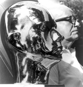 Bukminster Fuller posando ao lado do seu busto esculpido por Isamu Noguchi