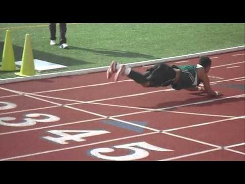 video que muestra a un atleta cayendose y hacer el pescaito