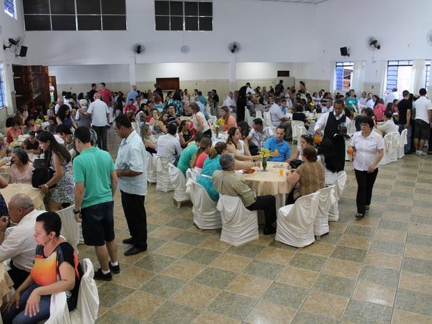 Salão que fica no Jardim Jussara, em São José dos Campos, ficou cheio de amigos e parentes na comemoração dos 100 anos de Dona Conceição. (Foto: Márcio Rodrigues/G1)