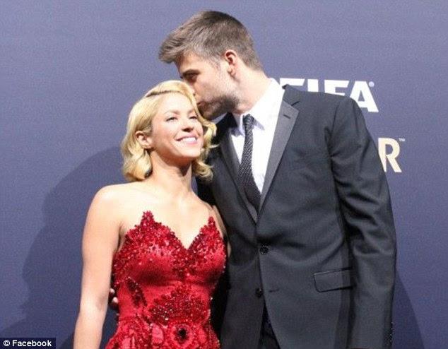Facebook fotos: Shakira levou para a internet, após o evento para postar fotos dela desfrutar do evento com o namorado jogador de futebol, Gerard Piqué