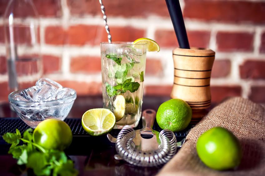 Cận cảnh đồ uống cocktail bạc hà tươi làm tại nhà hàng