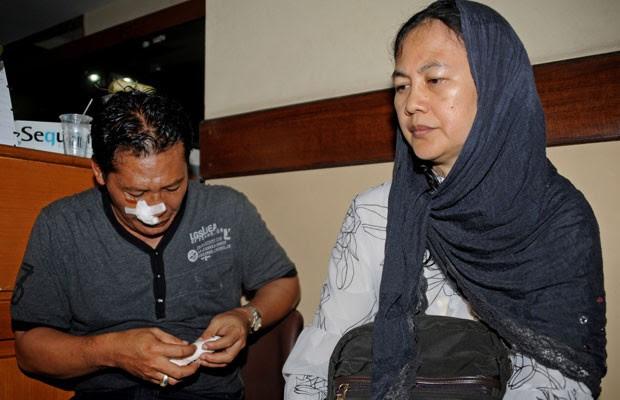 Passageiros do avião são atendidos em Kedongan, em Bali (Foto: Sonny Tumbelaka/AFP)