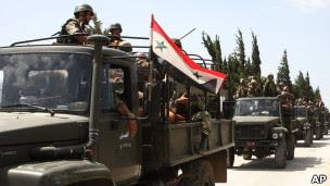 رتل عسكري سوري قرب بلدة جسر الشغور (11/06/11)