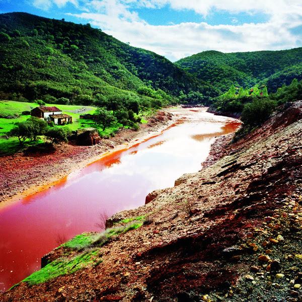 Μαγευτικό «κατακόκκινο» ποτάμι!