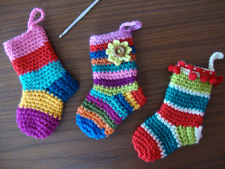 http://www.lemondedesucrette.com/2011/11/16/little-christmas-socks-the-pattern/