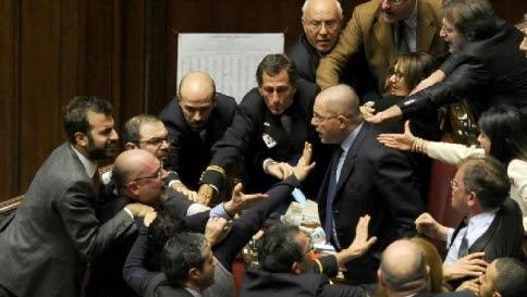"""Riforme, le opposizioni lasciano l'Aula """"A Renzi faremo vedere i sorci verdi"""""""