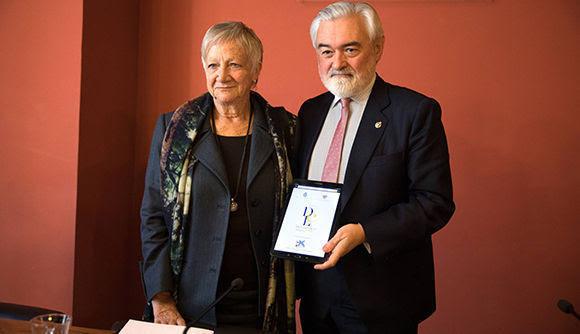 El director de la Real Academia Española (RAE), Dario Villanueva (d), y Paz Battaner (i), anuncian las modificaciones llevadas a cabo en la edición digital de su diccionario. Foto: Víctor Sainz.