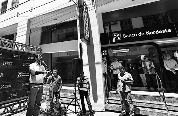 CRÉDITO Cid Gomes (ao microfone) discursa na inauguração da agência de Sobral. Dois meses depois, ele pediu empréstimo no banco (Foto: Joselito Silveira)