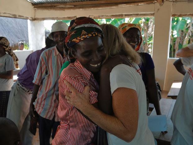 Brasileira abraça moradora de aldeia em Moçambique durante a viagem  (Foto: Ernânio Mandlate/ActionAid/Divulgação)