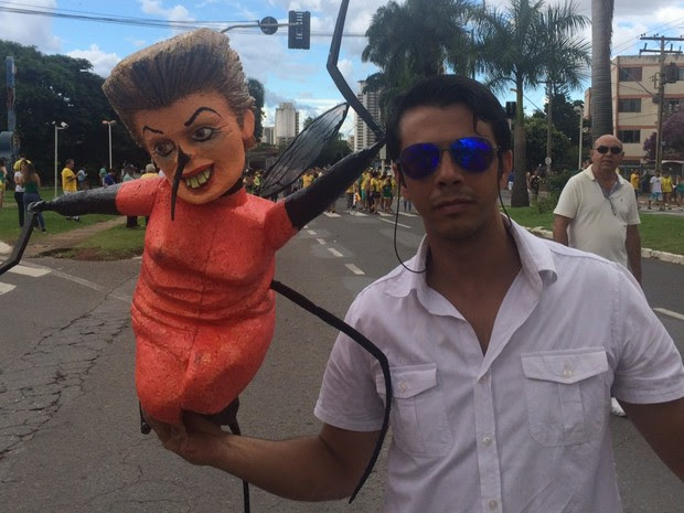 Artista plástico elabora boneco chamado 'mosquita Dilma' para protesto em Goiânia, Goiás (Foto: Murillo Velasco/ G1)