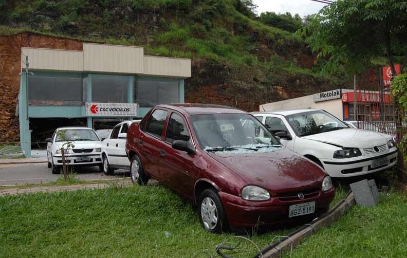 9 carros catapultados como tiros de canhão