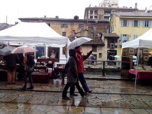 Giornata di pioggia alla Fiera dell'antiquariato by Ylbert Durishti