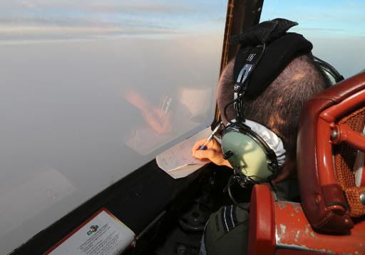 Tenente da Força Aérea Real australiana faz anotações durante as buscas, no sul do Oceano Índico. Foto: Rob Griffith/AFP Photo