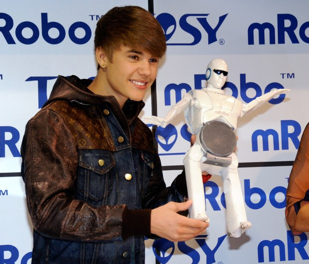 Justin Bieber com robô (Foto: AFP)