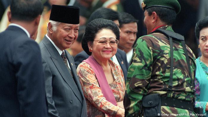 Indonesien Korruption Präsident Mohamed Suharto mit Frau Siti Hartinah