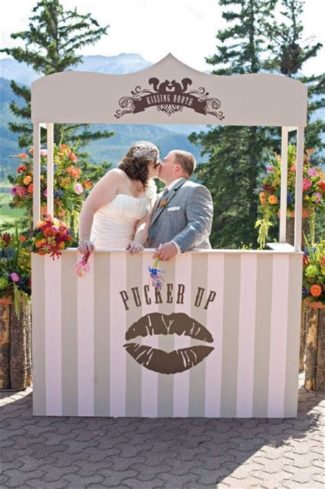 21 Funny Kissing Booth Ideas For Your Wedding   Weddingomania