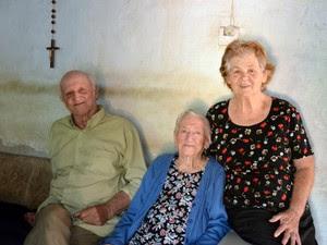 Carolina ao lado do filho e da nora em casa em Piracicaba (Foto: Fernanda Zanetti/G1)