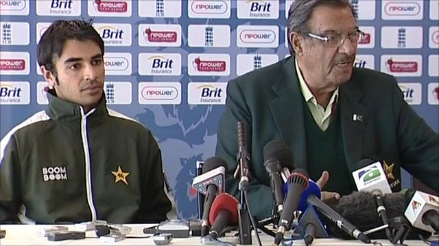 Pakistan's team manager Yawar Saeed (right) and team captain Salman Butt